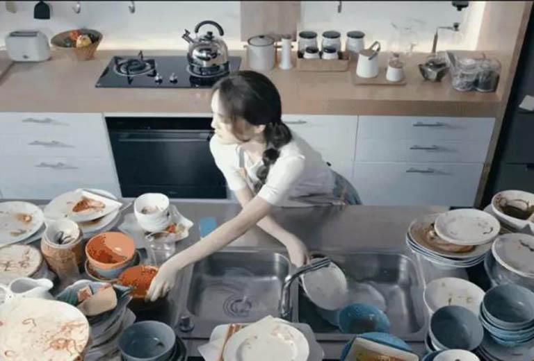 Rửa bát, dọn dẹp sau buổi tiệc là nỗi ám ảnh của nhiều người