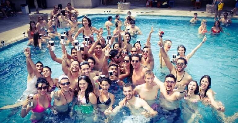 Pool party thường được tổ chức vào mùa hè nóng bức và giúp tăng tính giải trí khi mọi người được thoải mái diện những bộ đồ bơi theo sở thích