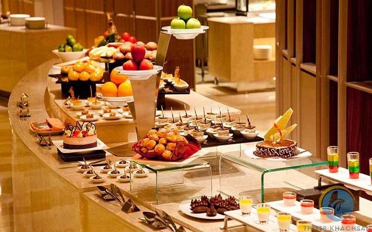 Sắp xếp món ăn để tiện cho khách tham dự