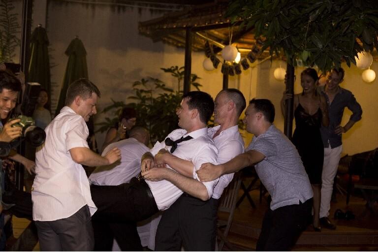 Tiệc độc thân là khoảnh khắc thú vị để những người bạn cùng chú rể chia tay cuộc sống một mình thật thoải mái