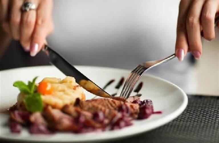 Không nên cười nói kém duyên trong bữa tiệc, đặc biệt là khi đang nhai thức ăn trong miệng