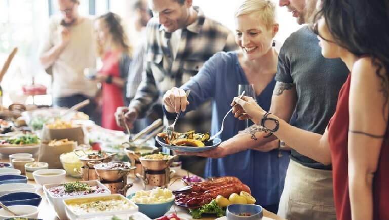Nên sử dụng kẹp gắp phù hợp với từng khay đồ ăn và nên ăn theo quy tắc từ khai vị cho đến món chính, tráng miệng
