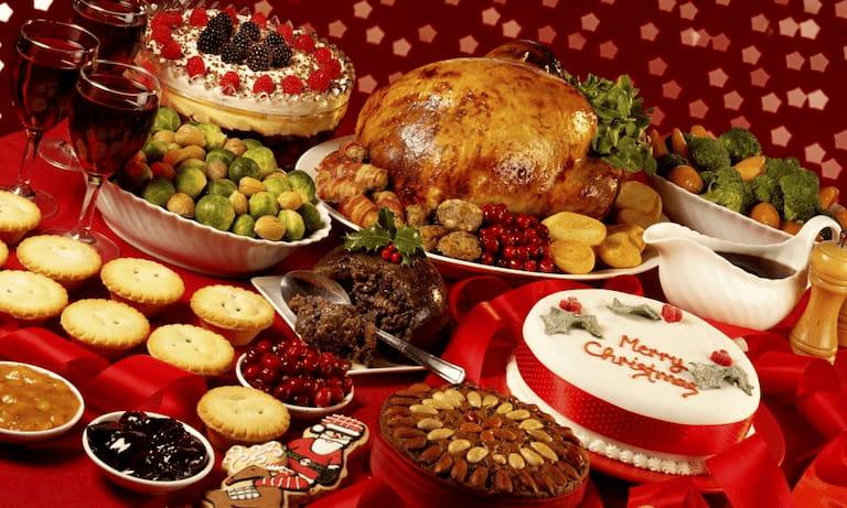 Chuẩn bị bàn tiệc giáng sinh với những món ăn quen thuộc như soup, bò bít tết nướng, gà quay…