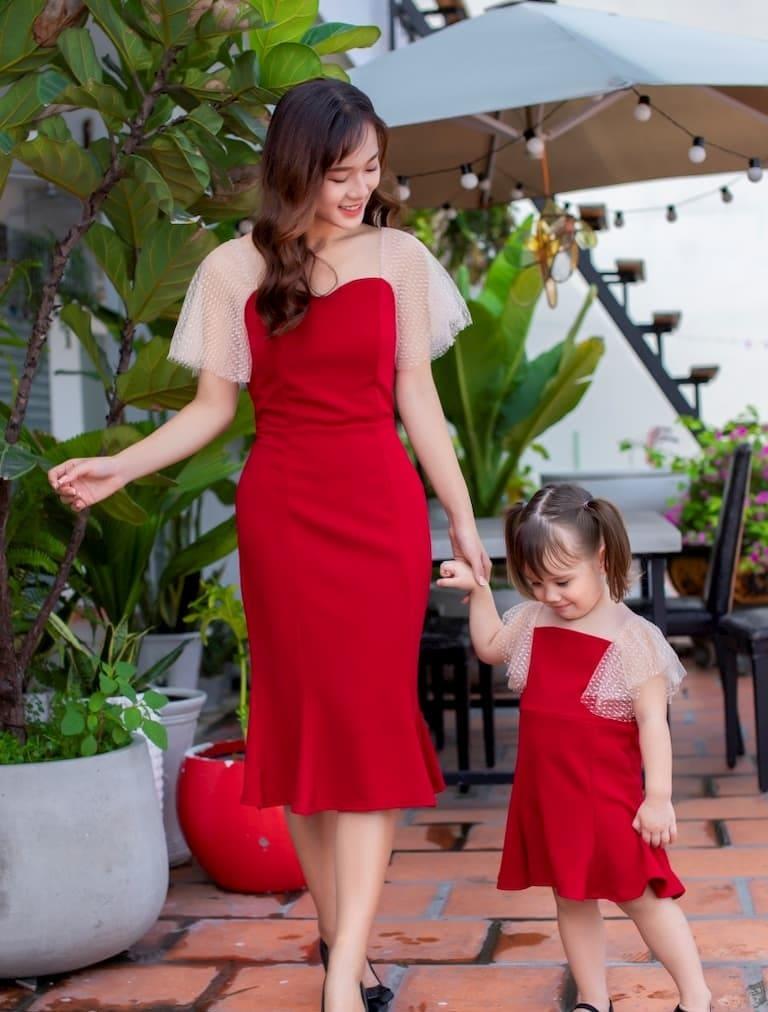 Đầm ôm quyến rũ cho mẹ và đáng yêu cho bé