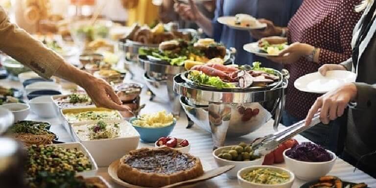Các món ăn trong buổi tiệc luôn được kết hợp phong phú và đa dạng, phù hợp với mọi thành viên
