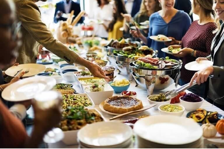 Ăn tiệc theo cách tự phục vụ là cơ hội để giúp mọi thành viên gắn kết và tương tác với nhau tốt hơn