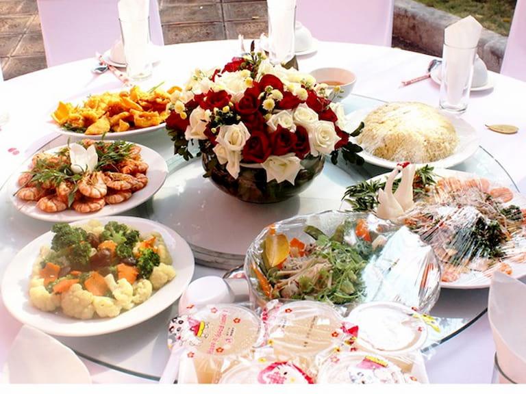 Bày trí các món ăn bắt mắt sẽ giúp bữa tiệc trang trọng hơn