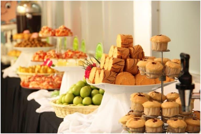 Trong tiệc buffet ngọt có các loại bánh kèm hoa quả tráng miệng