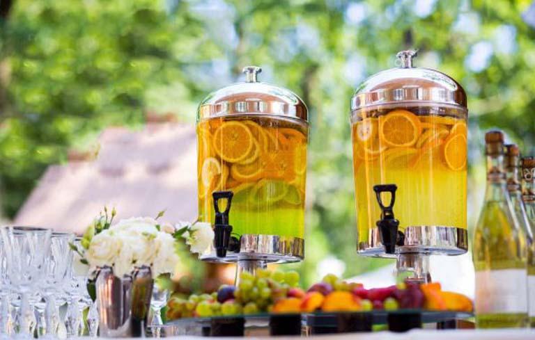 Đồ uống là yếu tố không thể thiếu trong suốt bữa tiệc buffet tại nhà