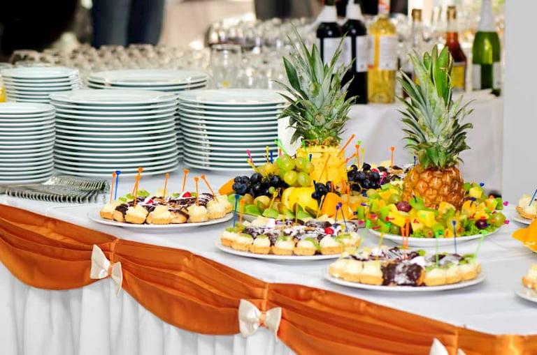 Bánh và trái cây là hai món ăn không thể thiếu trong tiệc trà