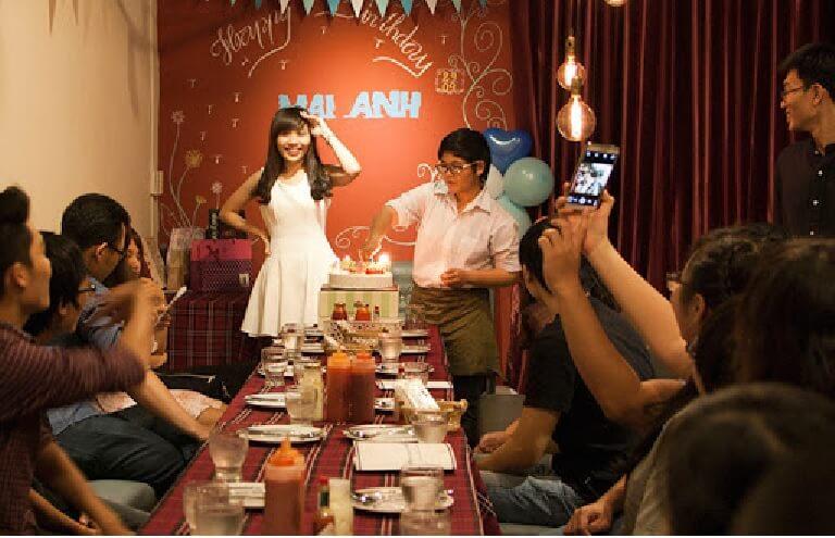 Nếu mừng sinh nhật tại nhà hàng có thể mời thêm người thân hoặc bạn bè tham dự