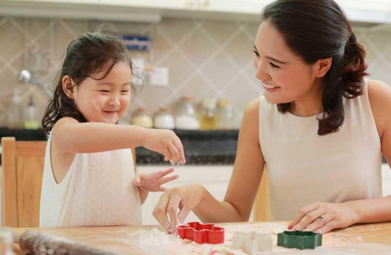 Các em bé đều rất hứng thú khi được tự tay làm bánh trung thu
